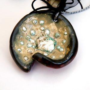 Colgante Cellula en cerámica y terracota, fundidas con pigmentos y plata - Colección Terre - Giovanna Bittante Design