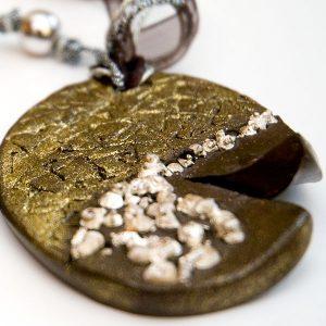 Colgante Meteora en cerámica y terracota, fundidas con pigmentos y plata - Colección Terre - Giovanna Bittante Design