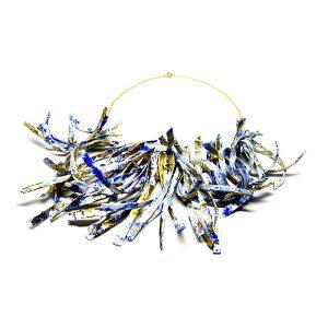Collar Onda en papel y pigmentos, con cadena de plata bañada en oro - Collezione Don't Wash - Giovanna Bittante Design