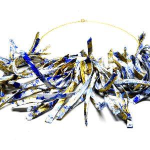 Collar Onda en papel y pigmentos, con cadena de plata bañada en oro - Colección Don't Wash - Giovanna Bittante Design