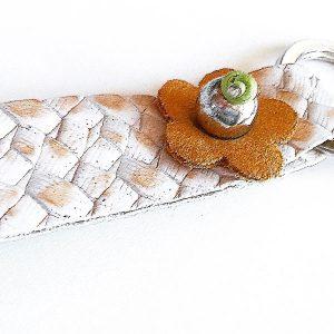 Llavero Flor en plata y cuero texturizado - Colección Giovesol hombre y mujer - Giovanna Bittante Design